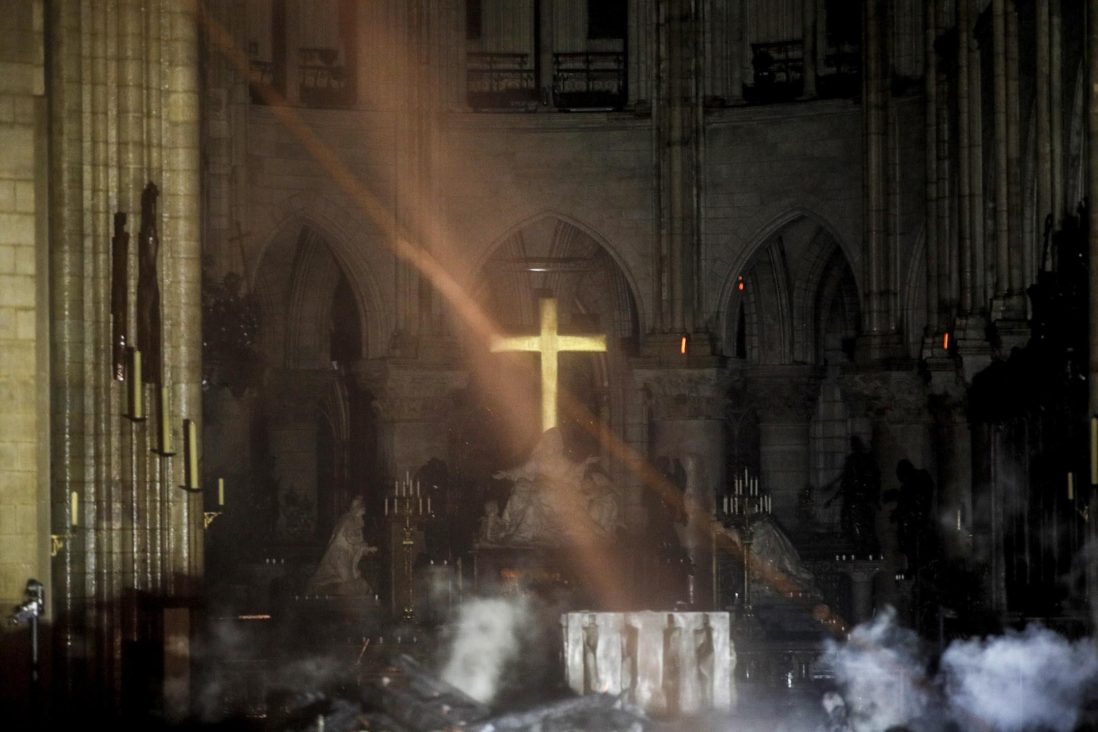 2019年4月16日,法國巴黎聖母院發生嚴重火災,煙在大教堂內的十字架前升起。 攝:Philippe Wojazer/AFP/Getty Images