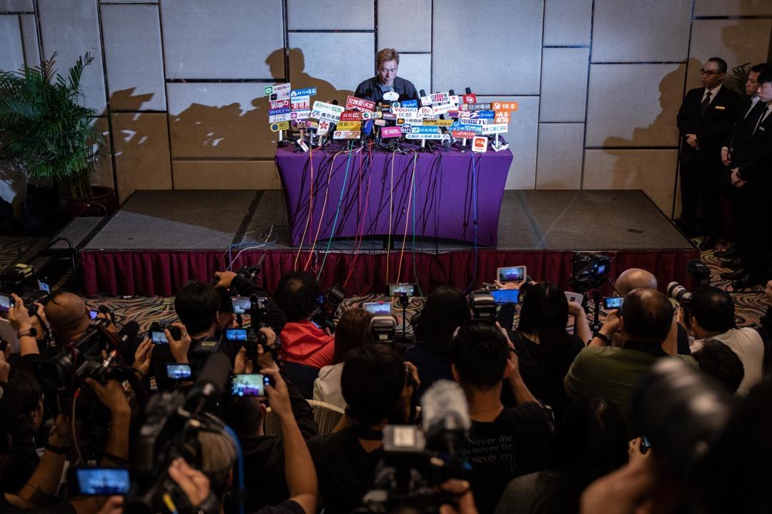 2019年4月16日,香港藝人許志安召開記者會,就當天早上有香港媒體發布一條由行車攝錄儀拍攝到,他與香港藝人黃心穎在的士上偷情的片段作回應。 攝:Stanley Leung/端傳媒