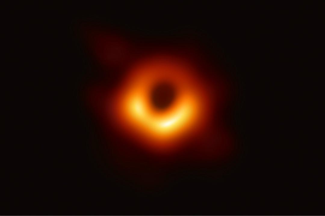 2019年4月10日,全球多地天文學家同步公布人類史上首張黑洞照片。 攝:Getty Images