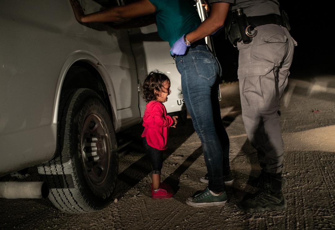 2018年6月12日,美國德州接壤墨西哥邊境城市麥卡倫,美國邊防部隊正預備扣留來自宏都拉斯的無證移民Sandra Sanchez,她的女兒Yanela Sanchez在旁邊痛哭。 攝:John Moore/Getty Images