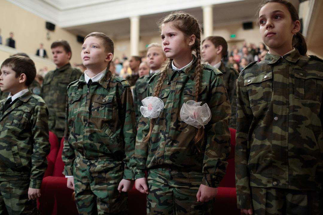 2016年12月15日,俄羅斯,札格爾斯克第十八學校的學員在當地一所劇院觀看同學們為當地居民上演的一場演出。
