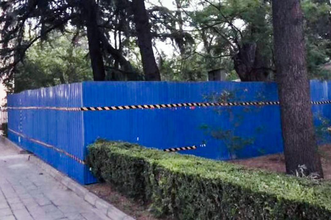 清華大學以藍色圍欄圍著王國維紀念碑。 圖:網上圖片