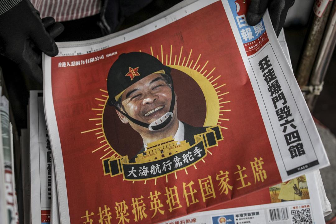 2019年4月8日,香港蘋果日報A1 頭版將刊出一則諷刺前行政長官梁振英的全頁廣告,內容包括「支持梁正英擔任國家主席」、「儘快北上,取代習總」等,以此來抗議他「打壓新聞自由」。 攝:Stanley Leung/端傳媒