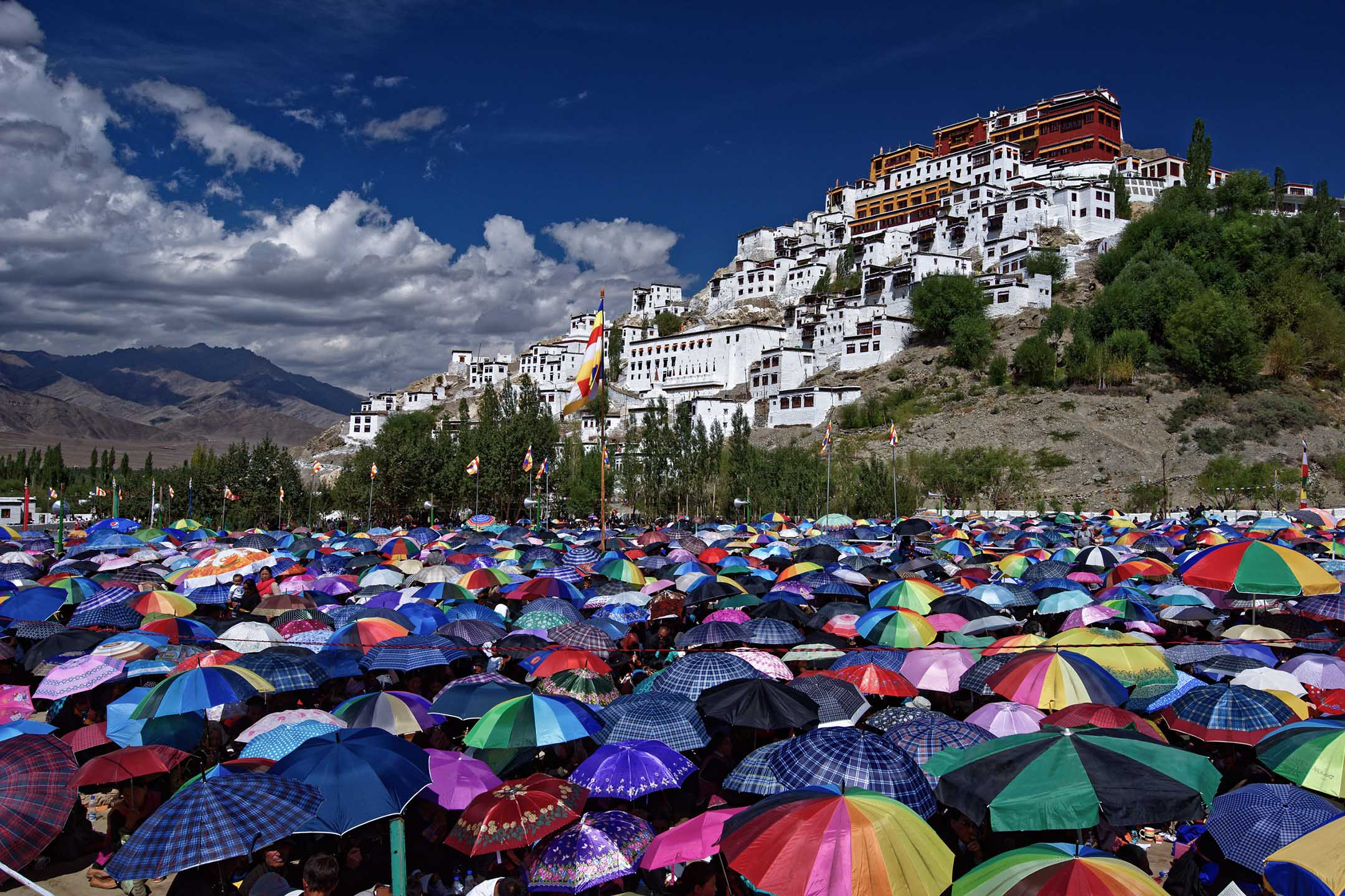 印度拉達克,人民在烈日下舉起雨傘。 攝:Maria Mantero/Barcroft Media via Getty Images