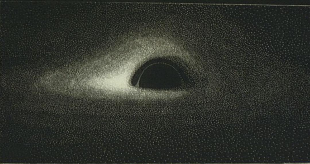 40年前,天文學家Jean-Pierre Luminet早於1979年利用IBM打孔卡式電腦運算出人類首張黑洞模擬圖。