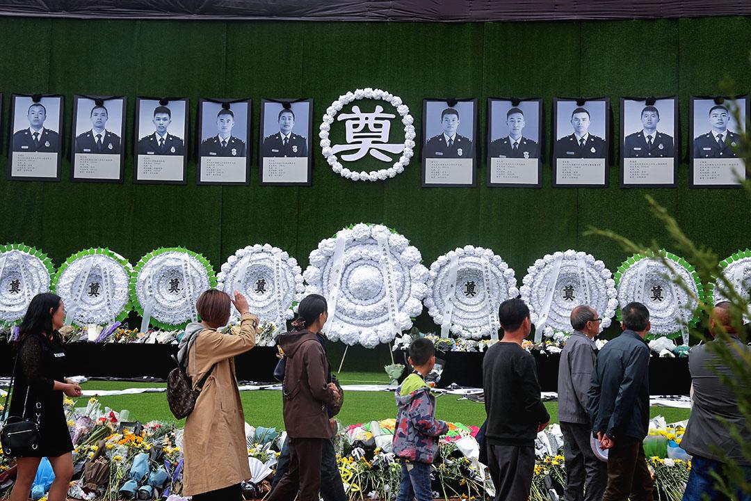 2019年4月5日,四川木里森林火災犧牲消防員追悼會的第二日,四川省涼山州西昌市火把廣場的追悼會現場,市民排隊自發悼念犧牲的消防員。