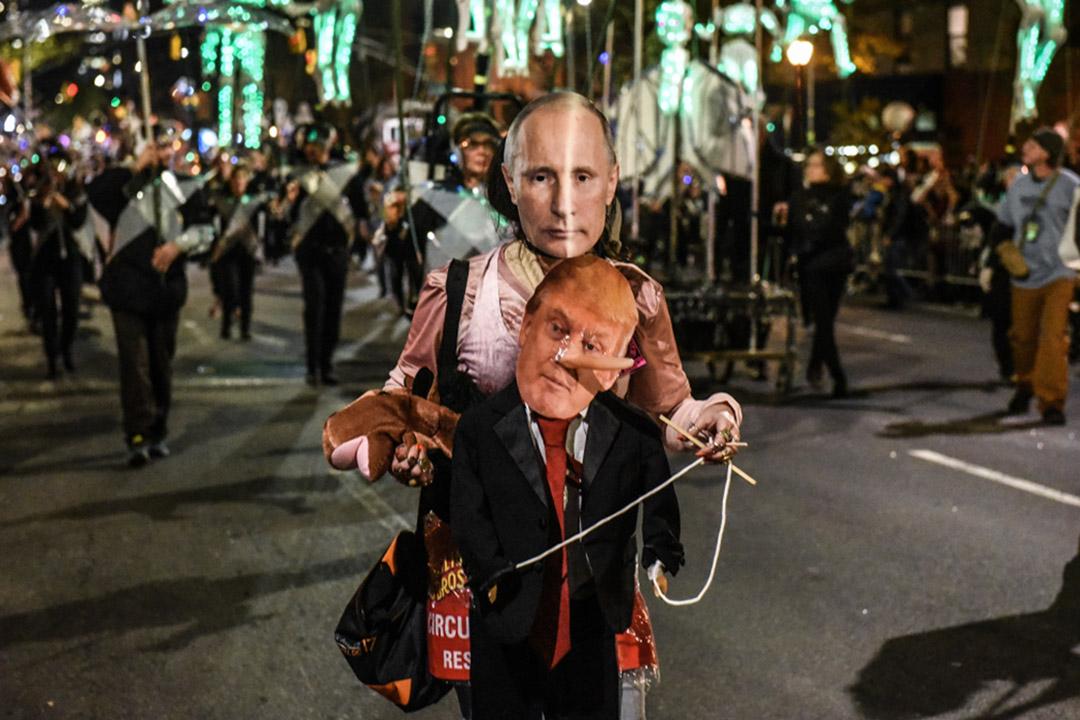 2018年10月31日,一個人穿著普京和特朗普的服飾,在紐約第六大道上的萬聖節遊行。
