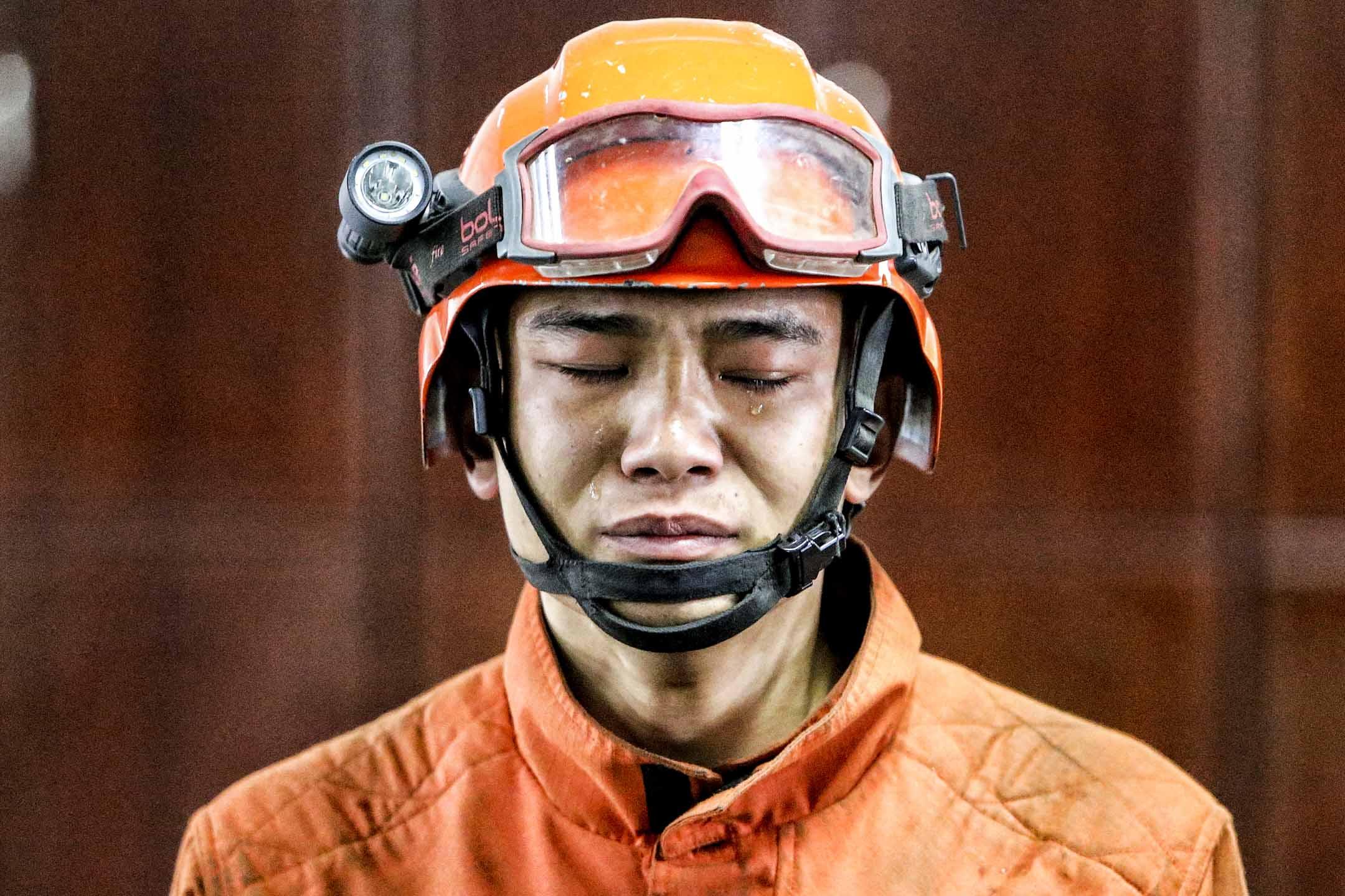 2019年4月3日,四川涼山大火造成27位消防員遇難,消防員趙茂是其中幸免於難的消防員,向記者講述救火經歷時流淚。 圖:IC photo