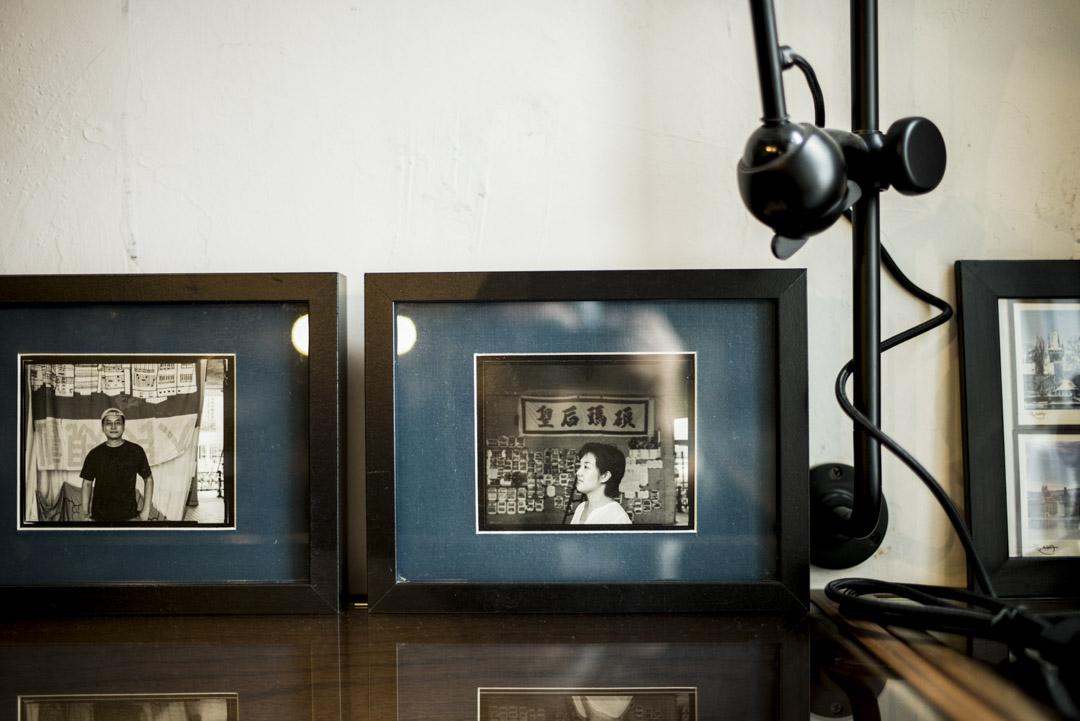 圖書館的書櫃上,擺放著由謝至德於2007年在皇后碼頭拍攝的司徒薇與陳允中肖像。