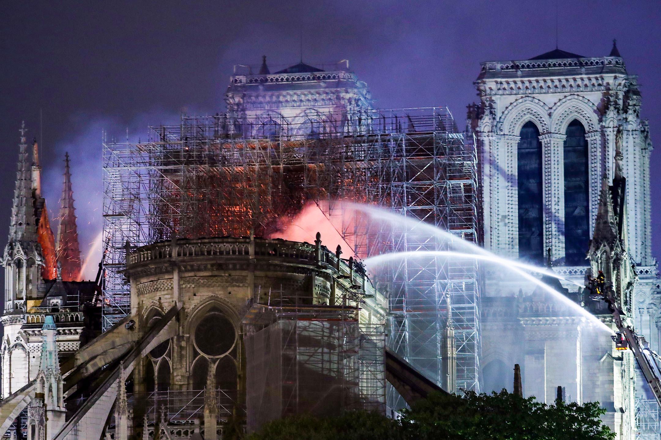 當地時間2019年4月16日,法國巴黎,巴黎聖母院火災撲滅工作進入收尾階段,眾多民眾聚集在塞納河沿岸,吟唱頌歌為聖母院祈禱。 圖:Eco Clement/UPI via IC photo