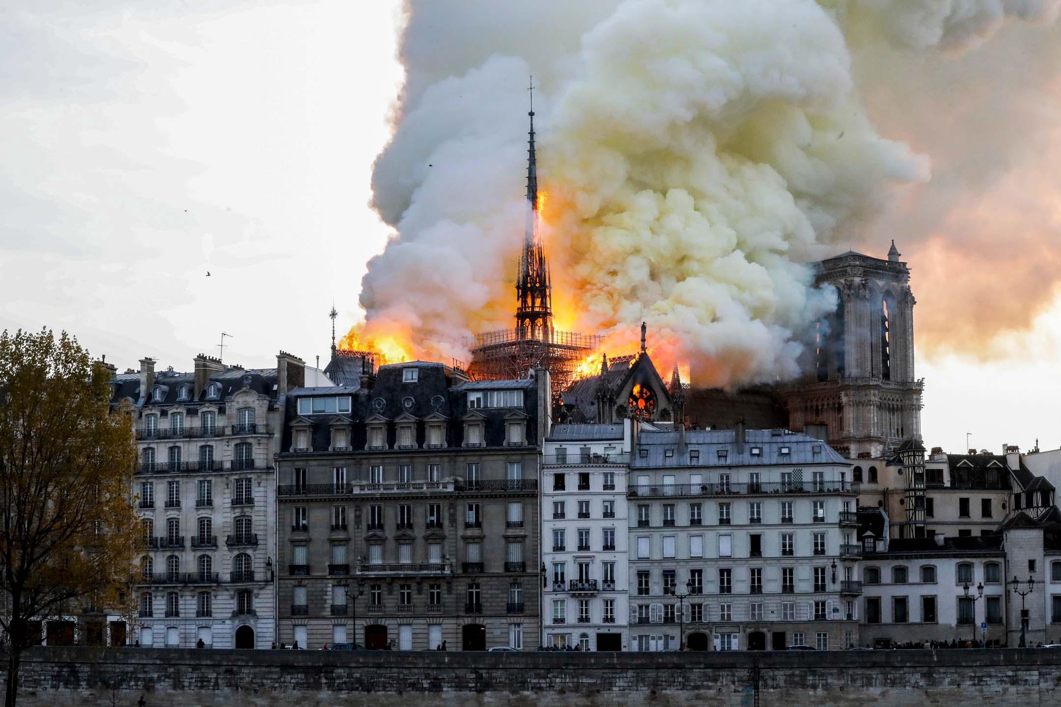 2019年4月15日,法國巴黎聖母院發生嚴重火災,有官員表示火災可能與近日正在進行的翻修工程有關。 攝:Francois Guillot/AFP/Getty Images