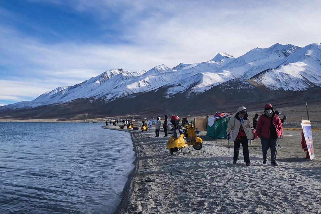 拉達克班公湖自三個傻瓜電影風靡全球後,湧進大批旅客,為脆弱的生態環境帶來極大壓力。