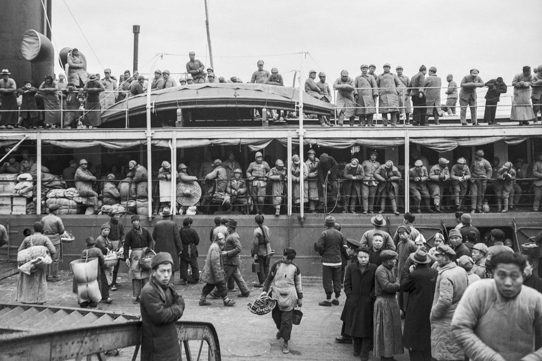 國共內戰由共產黨勝出,超過一百萬人離開中國。圖為1949年上海碼頭,正在登船離開的中國人。