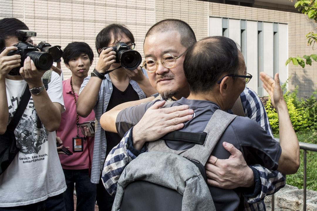 2019年4月10日,佔中九子案判決,邵家臻到達法院外,與前來支持的吳志森擁抱。 攝:林振東/端傳媒