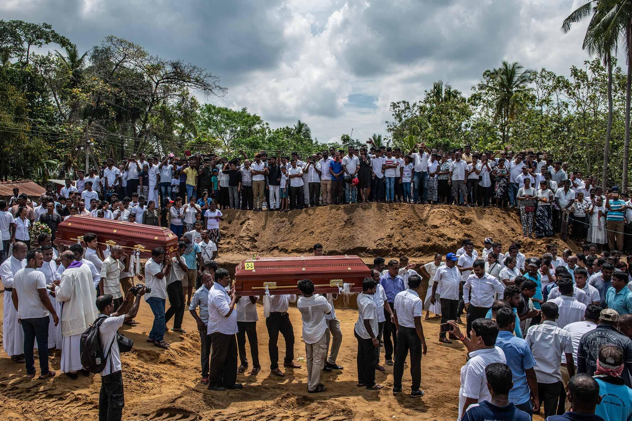 2019年4月23日,斯里蘭卡尼甘布的聖塞巴斯蒂安教堂舉行大規模的葬禮。 攝:Carl Court/Getty Images