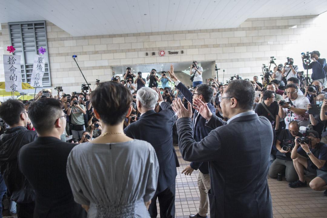 2019年4月9日,佔中九子案判決,眾被告離開法院,向支持者揮手。
