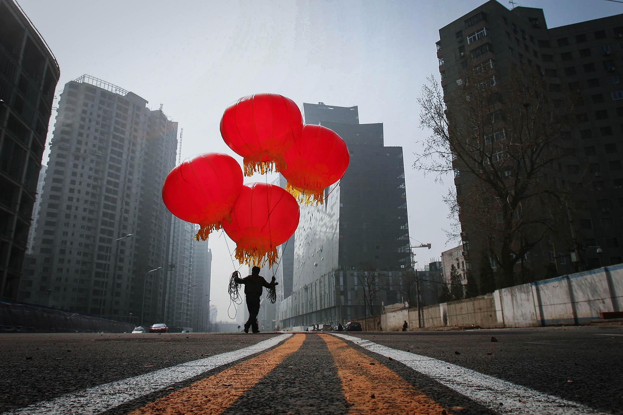 2007年3月21日,中國北京的工人為一條新路的開幕慶祝。  攝:Feng Li/Getty Images
