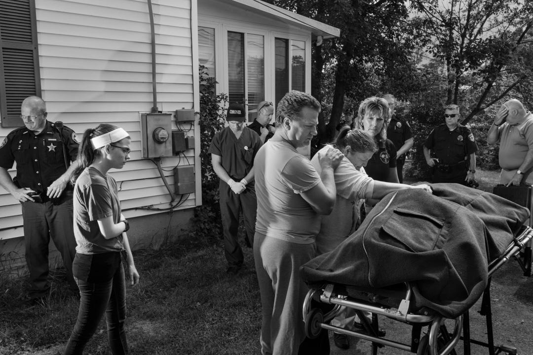 2017年9月18日,美國俄亥俄州小鎮邁阿密斯伯格,Brian Malmsbury在家中服用過量海洛英身亡,遺體被運走。