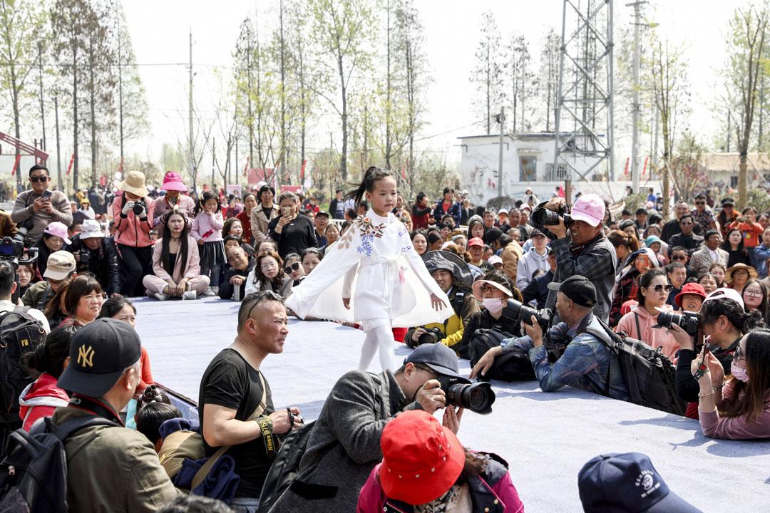 2019年4月6日,江蘇揚州,小童模身穿傳統服裝走秀,吸引眾多市民遊客觀賞。 圖:IC photo