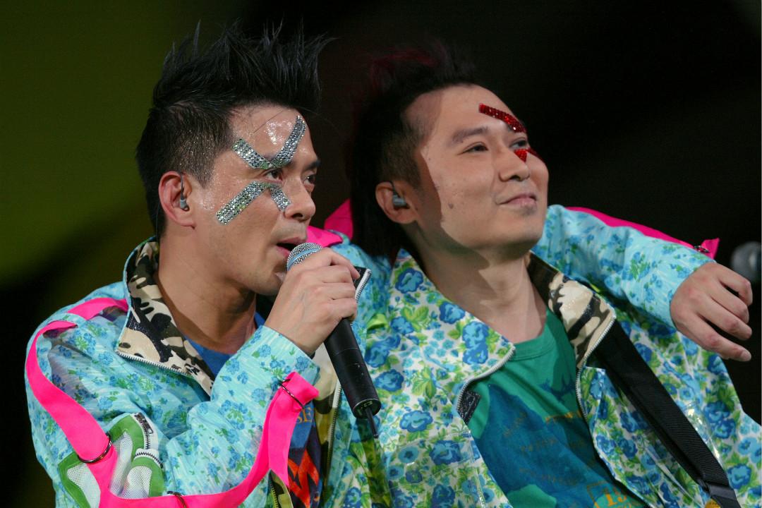2004年12月9日,「達明一派」黃耀明(左)和劉以達在香港紅館演出。 攝:K. Y. Cheng/Getty Images