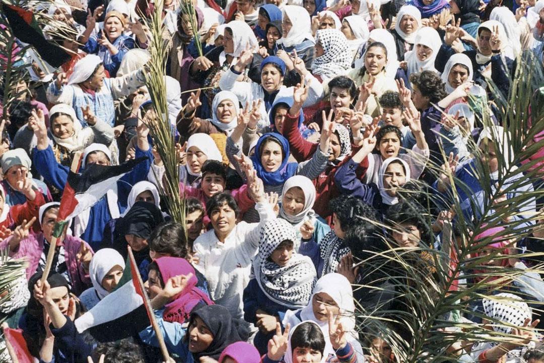 巴勒斯坦女性參與「大起義」抗爭,中間穿白衣舉手的為 Naila。 紀錄片《Naila and the Uprising》劇照