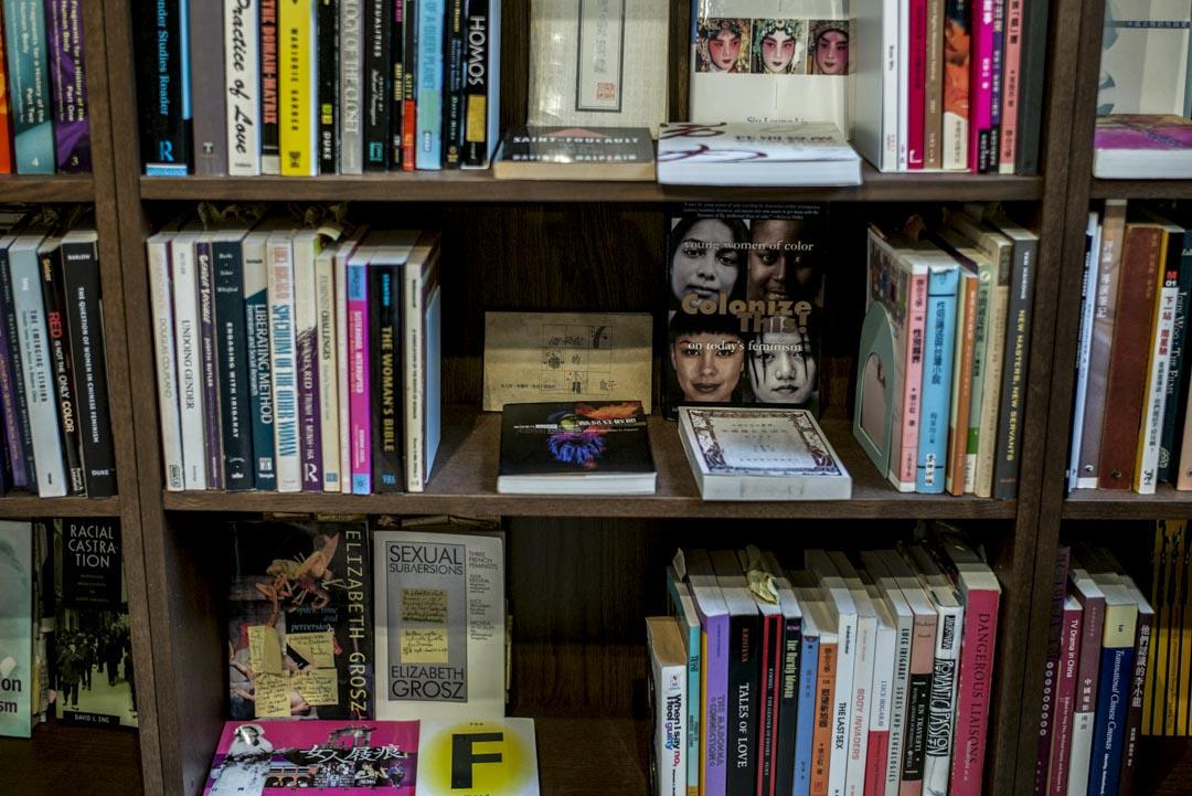 排列書籍方式脫離一般圖書館邏輯,一入門口的書櫃上,擺放著女性主義、性別研究書籍,敘述角度涵蓋中西。