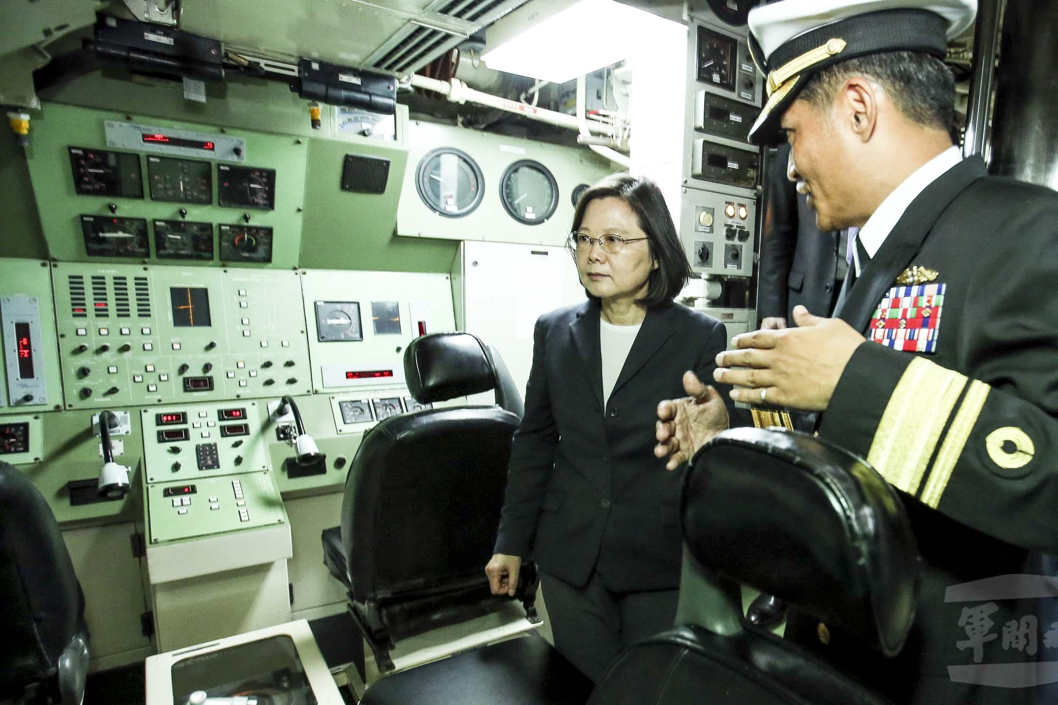 2017年3月21日,蔡英文總統到高雄左營艦基地宣示潛艦國造啟動。她也第一次進入海軍現役的海虎潛艦視導,進入潛艦前她揮手向在場人士示意,在艙內待了約20分鐘,還觀看模擬發射魚雷的過程。 圖:中華民國國防部軍聞社