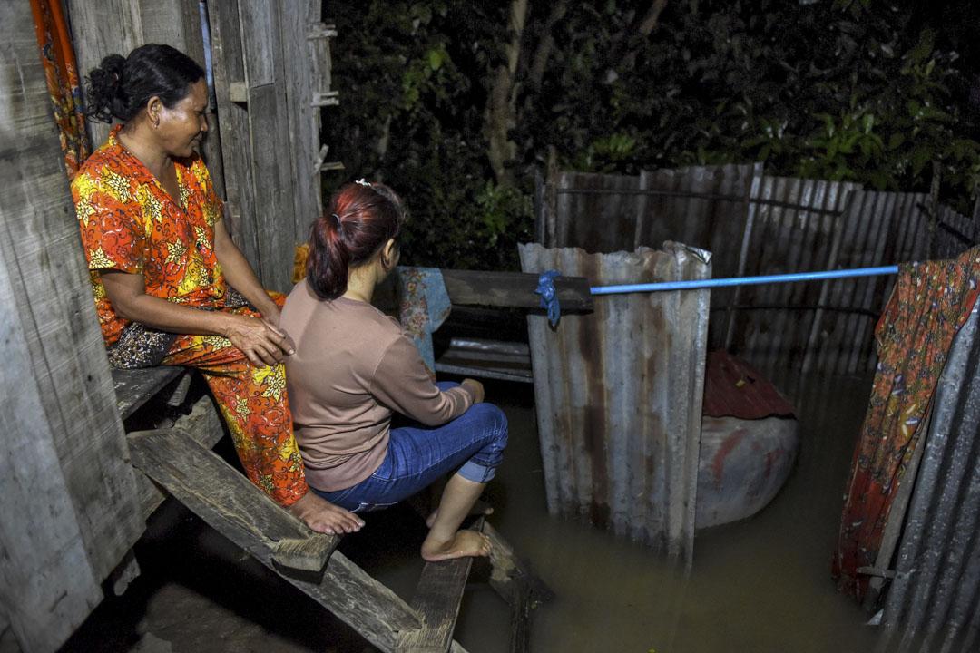 橫跨東南亞多國的婚戀市場,發現其中充斥著人口販賣、綁架搶婚、詐騙等不法行為。圖為法新社報導中提及柬埔寨一名被中國男人強迫結婚的Nary與母親一起坐在金邊的家中。