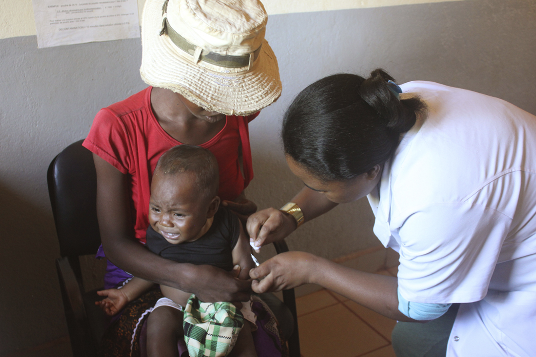 2019年3月26曰在馬達加斯加城鎮 Iarintsena,醫護人員為一名小孩接種麻疹疫苗。據報導,馬達加斯加小童接種麻疹疫苗的比率僅五成,是該國成為麻疹「重災區」的主要原因之一。 攝:Laetitia Bezain / picture alliance via Getty Images