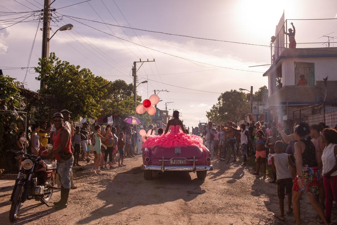 2018年8月6日,古巴夏灣拿,Pura開著一輛50年代的粉紅色開篷車在區內巡遊,區內的鄰居與她一起慶祝15歲生日。