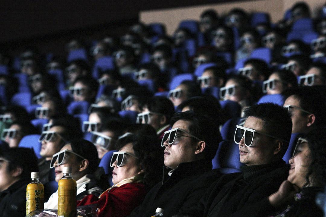 2007年2月8日,中國湖北省武漢市,觀眾在IMAX影院帶著3D眼鏡看電影。