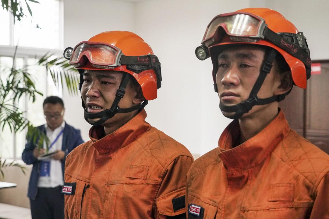 2019年4月3日,四川森林消防隊舉行新聞發布會,參與涼山火災救援的消防員向記者講述救火經歷時流淚。