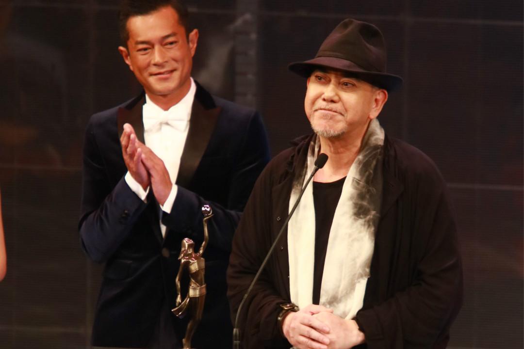 2019年4月14日,第38屆香港電影金像獎頒獎典禮,古天樂為黃秋生頒最佳男演員獎。 攝:Imagine China