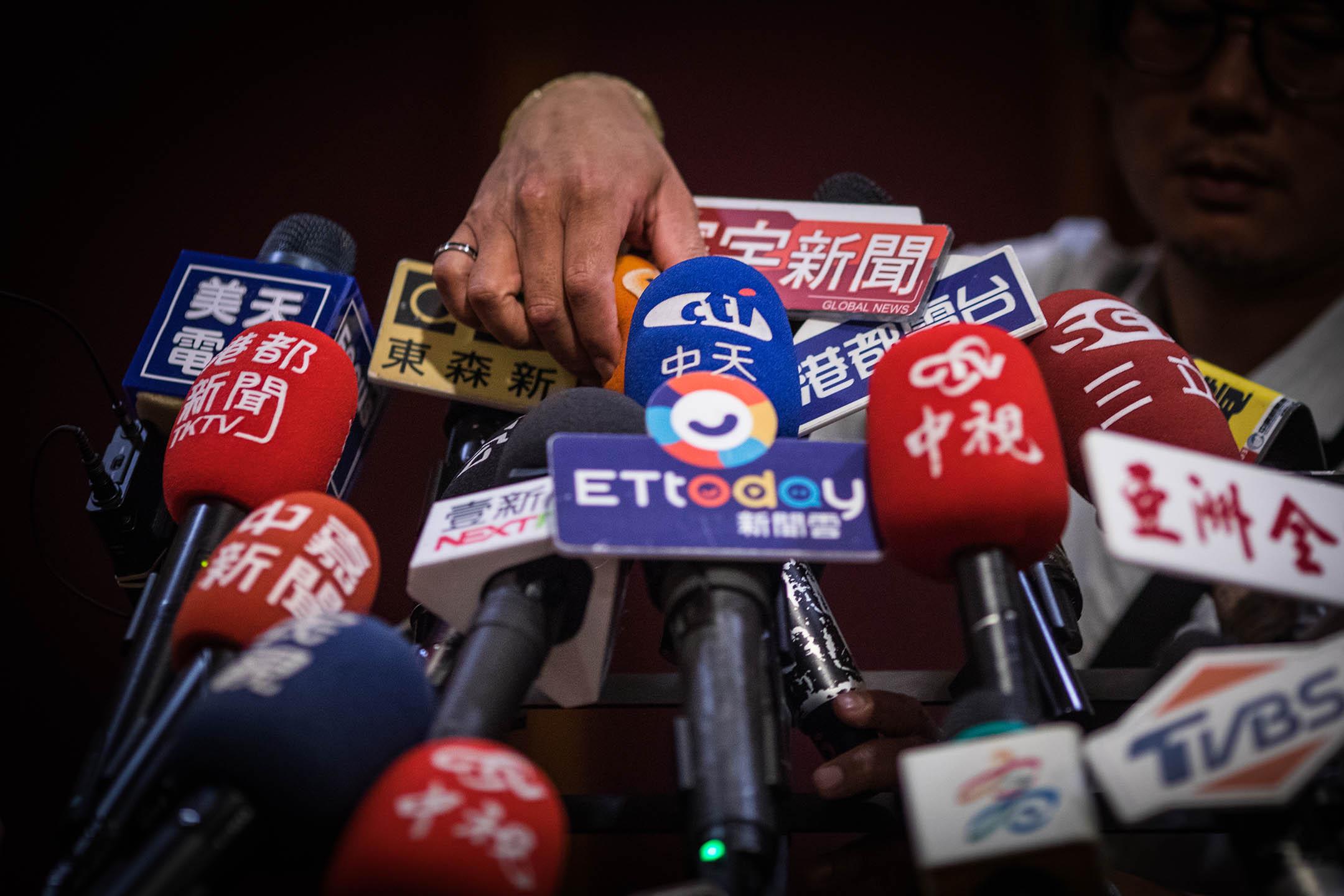2019年4月22日,高雄市長韓國瑜出席歐洲商會餐會,傳媒等待聯訪。 攝:陳焯煇/端傳媒