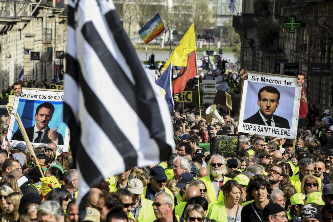 2019年3月16日,示威者高舉法國總統馬克龍(Emmanuel Macron)肖像進行第18週的黃馬甲運動。