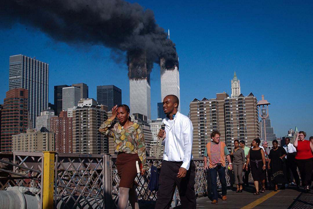 2001年9月11日,兩架被劫持的飛機撞上了紐約市的雙子塔,人們正走過布魯克林大橋。