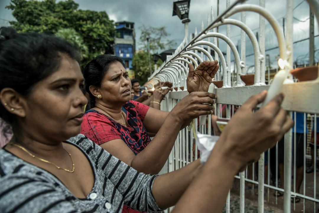 2019年4月23日,斯里蘭卡首都科倫坡聖安東尼教堂,民眾為連環爆炸襲擊死難者祈禱。 攝:Atul Loke/Getty Images
