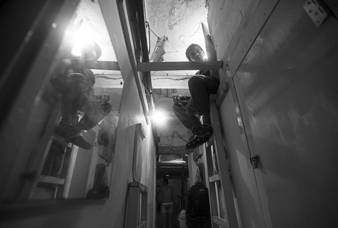 曾居於澄平街隧道的阿強, 2015年政府將其個人物品曾全部丟棄……最近阿強租住了上海街1885元月租的床位,因為有木蝨,睡不著的晚上他會走到快餐店繼續睡覺。