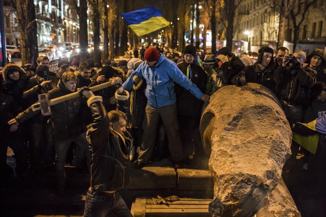 2013年12月8日,反政府示威者使用大錘在烏克蘭基輔摧毀列寧的雕像。