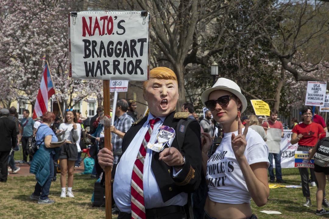 2019年3月30日,反對北約的抗議者於在白宮對面的拉斐特公園集會。