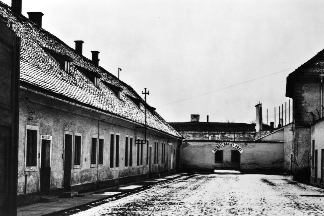 特雷津集中營是二戰時期位於今天捷克的一所收容猶太人的納粹集中營,曾有數萬猶太人死於這裏。圖為攝於1946年的特雷津集中營。
