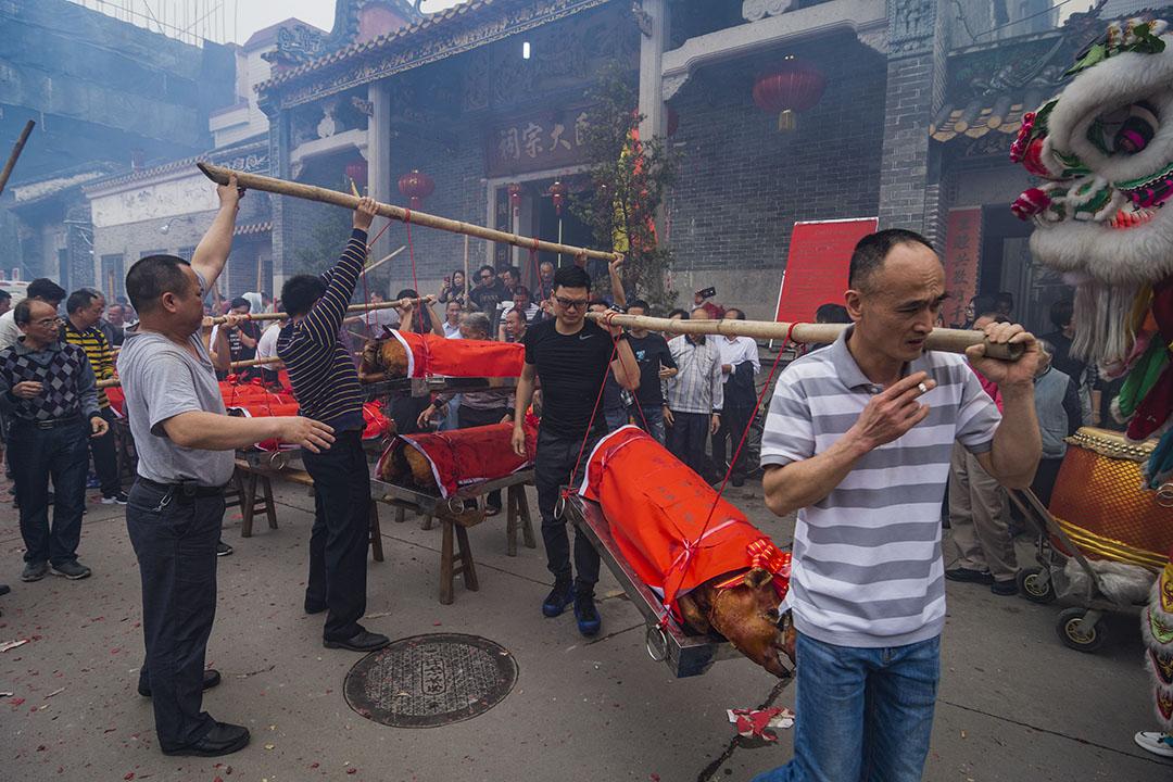 2019年4月4日,中國廣東省佛山,村民在清明節前的祭祀儀式期間運載燒豬。