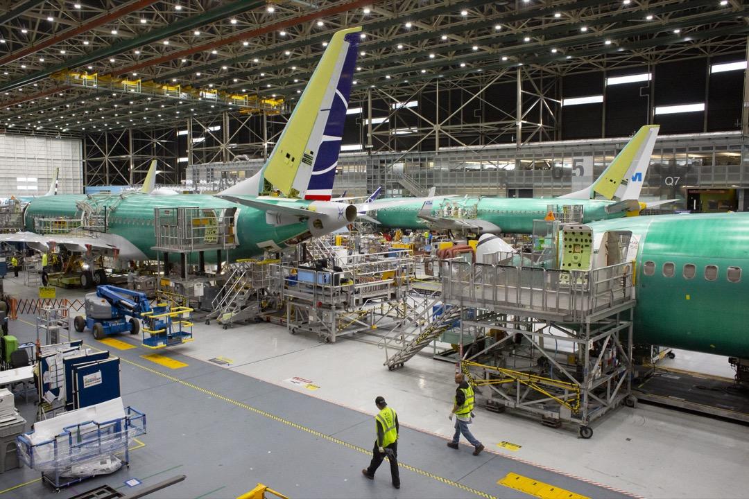 波音公司位於華盛頓州的組裝工廠內,停泊著數輛737 Max型號客機。 攝:David Ryder/Bloomberg via Getty Images