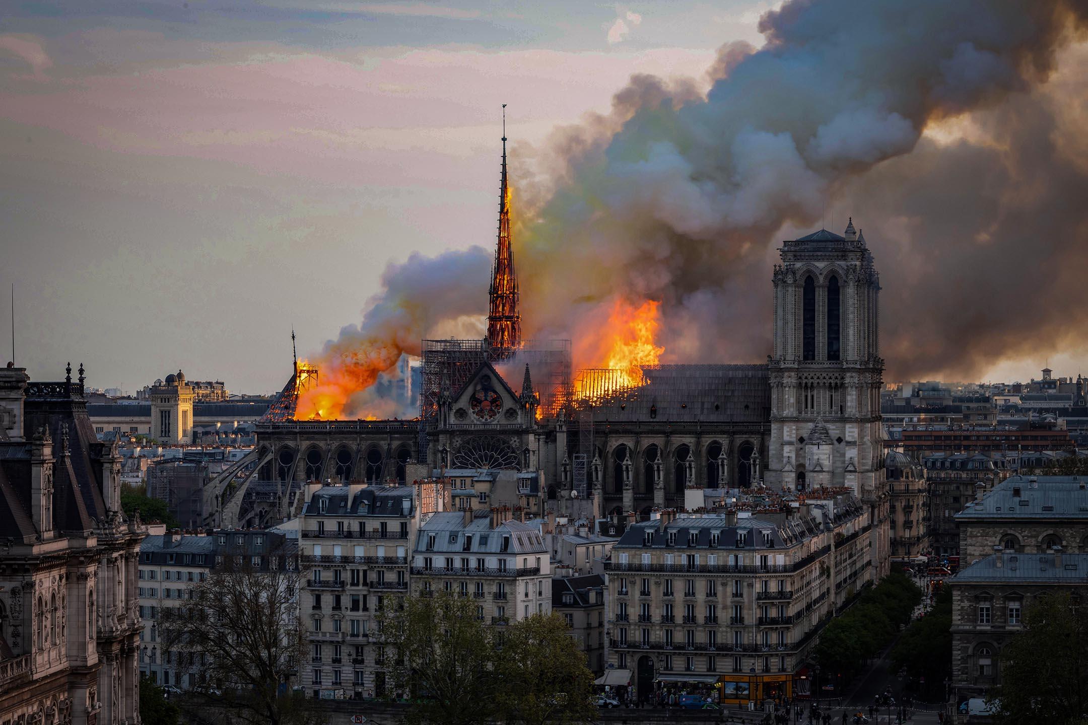 2019年4月15日,法國巴黎,巴黎聖母院在燃燒,並冒出大量濃煙。 攝:Fabien Barrau/AFP via Getty Images