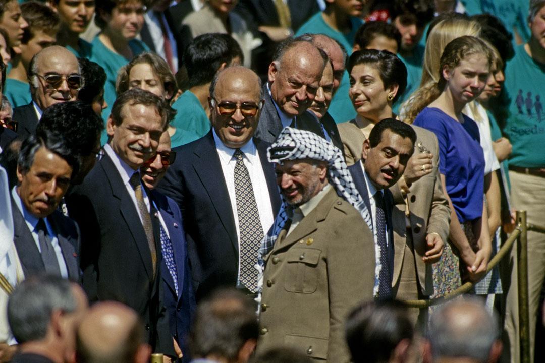 1993年9月13日,巴勒斯坦解放組織主席阿拉法特出席華盛頓的《奧斯陸協議》(Oslo I Accord)簽署儀式。