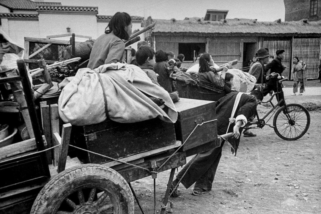 1945年二戰終結,中國全面進入國共內戰狀態。圖為當時內戰時期逃難中的難民。