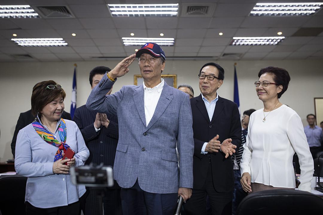 2019年4月17日,國民黨舉行中常會,台灣首富、富士康董事長郭台銘獲國民黨頒授國民黨榮譽狀。