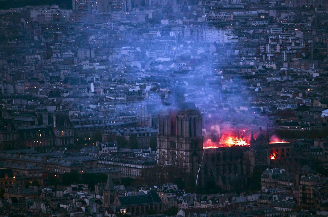 2019年4月15日,法國巴黎聖母院發生嚴重火災,整棟建築籠罩在濃濃煙塵中。