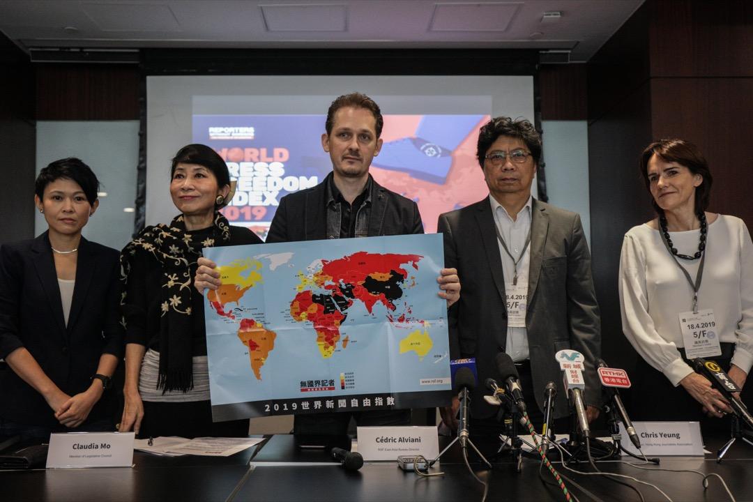 2019年4月18日,「無國界記者」首次在香港發表年度世界新聞自由指數報告,發布會由東亞辦事處主任艾瑋昂(中)主持。 攝:Stanley Leung/端傳媒