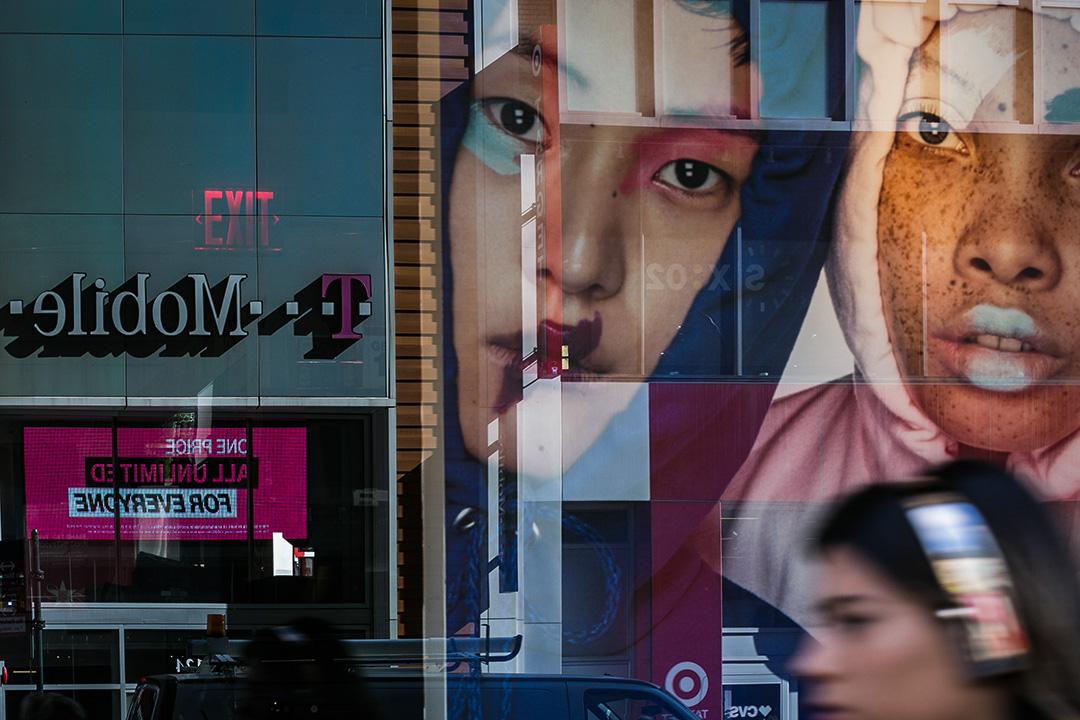 2018年4月30日,T-Mobile公司的商標在美國紐約的一幢建築物上映照出來。